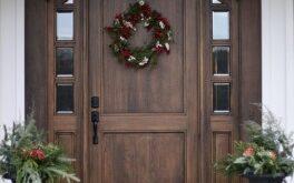 входная дверь из дерева в загородный дом