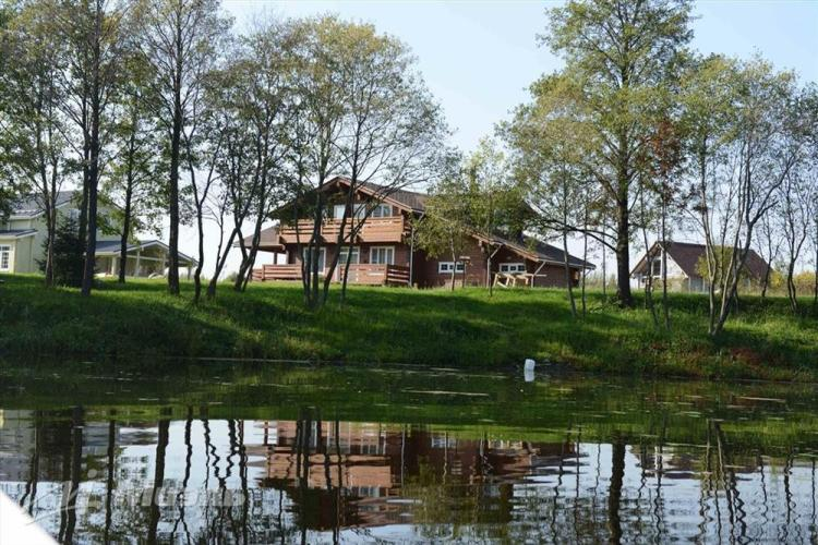 дом рядом с водой